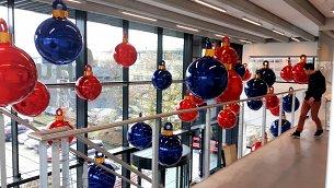 https://www.pbbcitylights.nl/wp-content/uploads/2015/12/Grote-kerstballen-Delft-Hukseflux.jpg?swifty=1&ssw=305&sspr=1